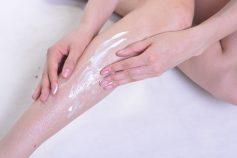足にボディクリームを塗る女性